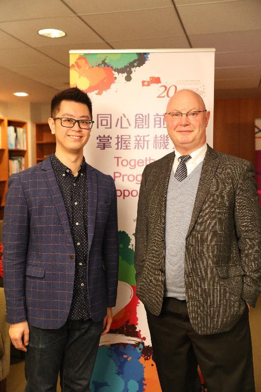 香港駐紐約經濟貿易辦事處處長柏嘉禮(右)和香港作曲家劉詠浲今日(紐約時間四月七日)於記者會上合照。