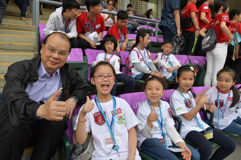 政務司司長暨扶貧委員會主席張建宗今日(四月八日)在香港國際七人欖球賽中主持Mission Possible兒童派對。圖示張建宗(左一)與兒童一起觀賞香港國際七人欖球賽。