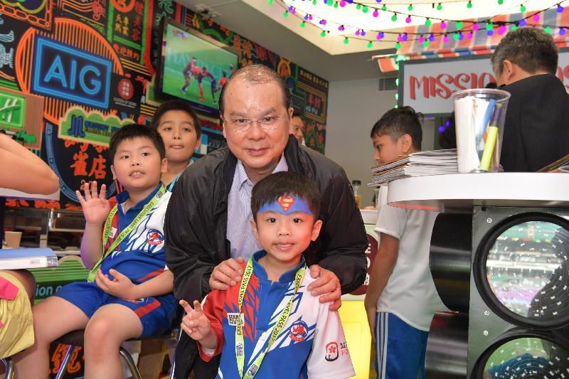 政務司司長暨扶貧委員會主席張建宗今日(四月八日)在香港國際七人欖球賽中主持Mission Possible兒童派對。圖示張建宗(中)與兒童一起觀賞香港國際七人欖球賽。