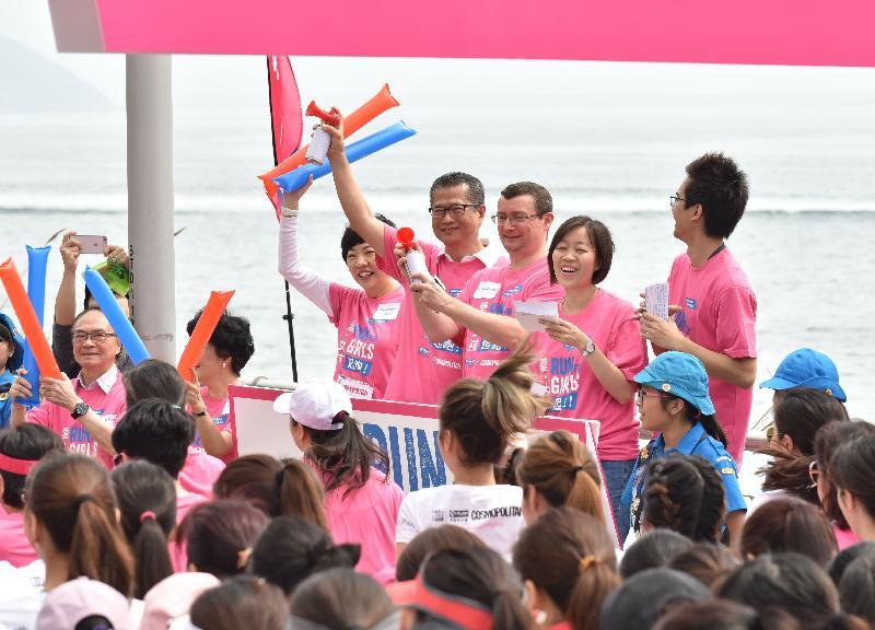 財政司司長陳茂波(左二)今日(四月九日)與國際培幼會(香港)董事局主席韋安袓(中)和Cosmopolitan董事總經理陳慧敏(左一)主持「『愛‧女孩』 起跑!」起步儀式。