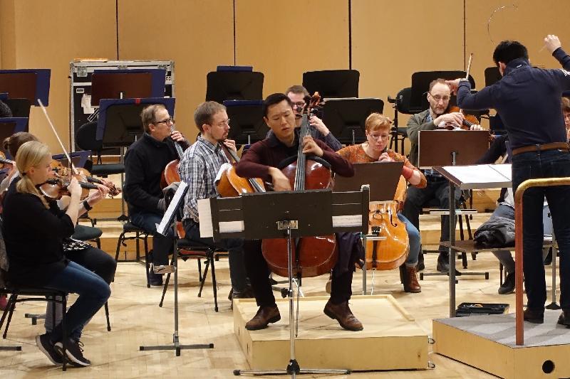 埃波斯音樂會在四月七日(芬蘭時間)舉行,音樂會上的國際知名演奏者包括大提琴家李垂誼、鋼琴家張緯晴及李嘉齡。圖示他們與Tapiola Sinfonietta弦樂四重奏樂隊進行排練。