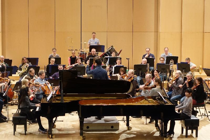 埃波斯音樂會在四月七日(芬蘭時間)舉行,音樂會上的國際知名演奏者包括大提琴家李垂誼、鋼琴家張緯晴及李嘉齡。圖示他們與Tapiola Sinfonietta弦樂四重奏樂隊和客席指揮Eugene Tzigane進行排練。