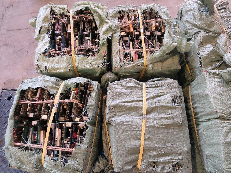 環境保護署在香港海關協助下,截獲兩個載有大量廢印刷電路板的進口貨櫃,兩家入口商今日(四月十一日)被裁定違反《廢物處置條例》。 圖示從孟加拉非法入口的廢印刷電路板。