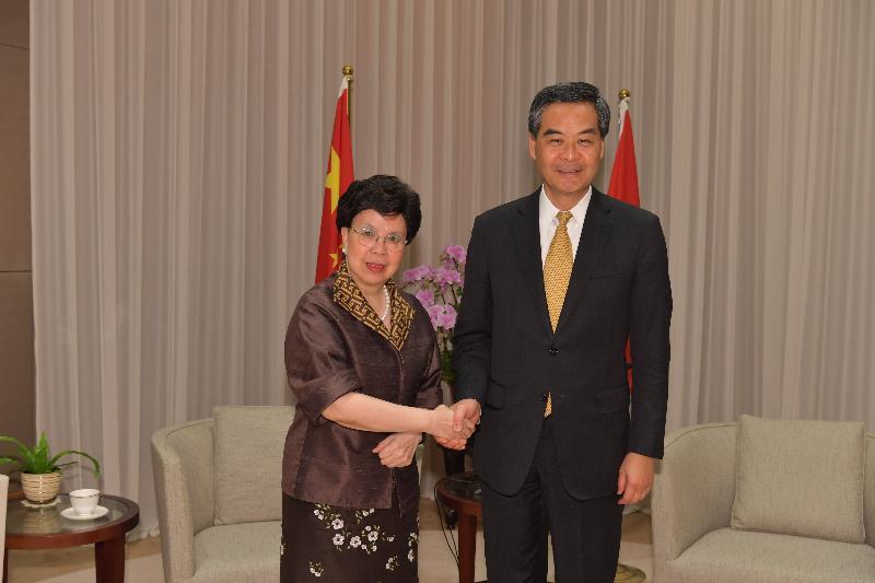 行政長官梁振英今日(四月十二日)上午在行政長官辦公室與世界衞生組織總幹事陳馮富珍合照。