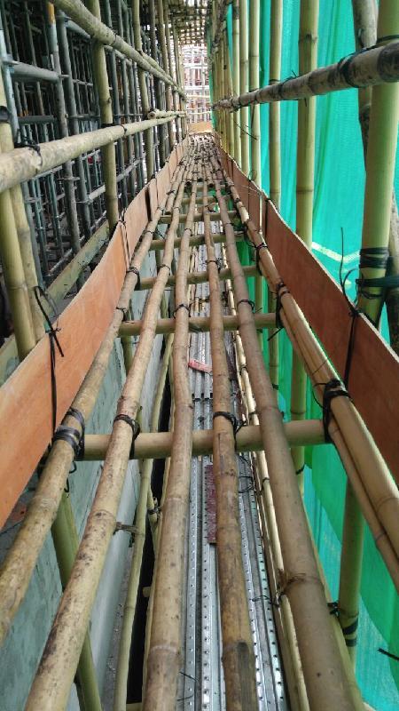 建造業議會去年已積極與不同持份者研究要求外牆竹棚架必須於每層鋪設密竹或木板以減少需要在竹棚架上工作的人士下墮的風險,建造業議會期望於本年發出有關指引。