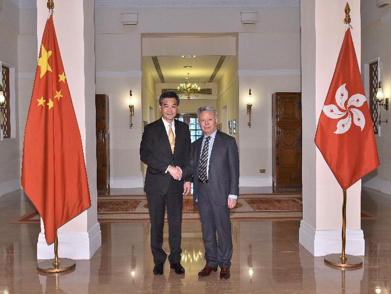 行政長官梁振英(左)今日(四月十二日)下午在禮賓府與亞洲基礎設施投資銀行行長金立群(右)會面,就雙方共同關心的課題交換意見。