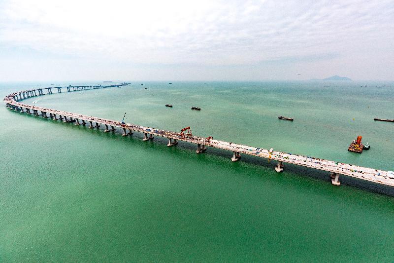 港珠澳大橋香港接線本月內全線貫通。圖示香港接線位於大澳對開的海上高架橋。