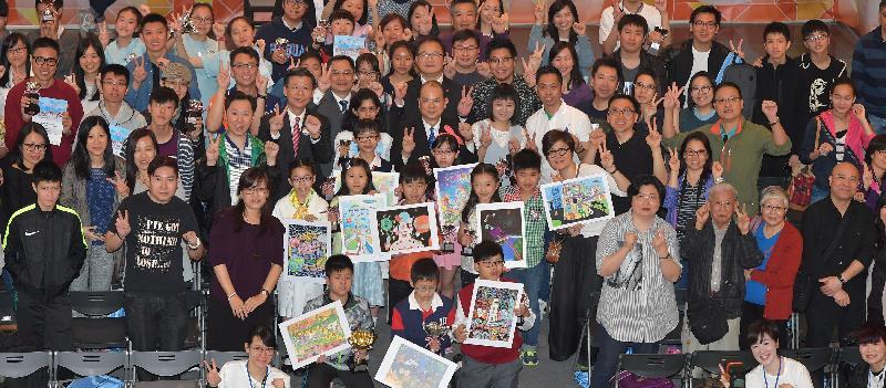 香港特別行政區成立二十周年海報設計及短片拍攝比賽頒獎典禮暨巡迴展覽啟動儀式今日(四月十四日)舉行。圖示政務司司長張建宗與得奬者和其他來賓合照。
