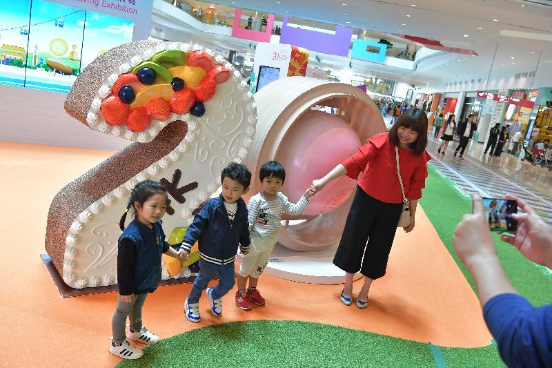 市民今日(四月十四日)參觀「香港特別行政區成立二十周年巡迴展覽」,在展品前拍照留念。