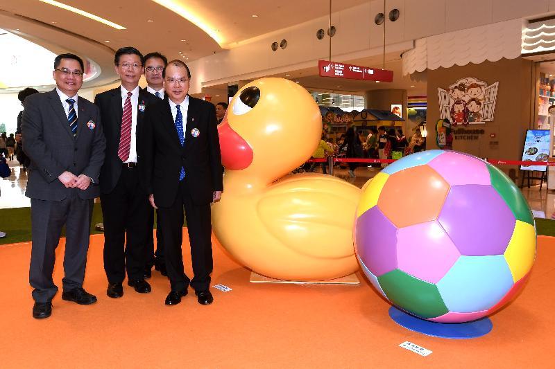 政務司司長張建宗今日(四月十四日)參觀「香港特別行政區成立二十周年巡迴展覽」,與其他嘉賓在巨型立體模型小黃鴨前合照。