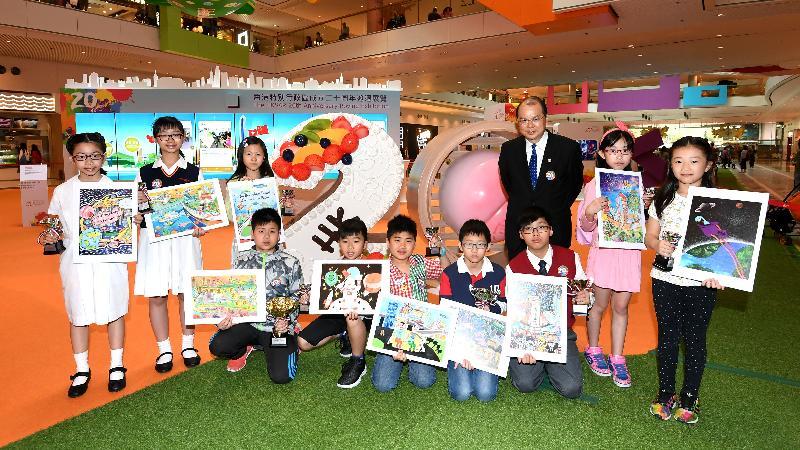 香港特別行政區成立二十周年海報設計及短片拍攝比賽頒獎典禮暨巡迴展覽啟動儀式今日(四月十四日)舉行。圖示政務司司長張建宗與得奬者合照。