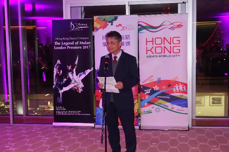 香港舞蹈团昨日(伦敦时间四月十五日)在伦敦南岸中心的皇家节日大厅演出舞剧《花木兰》。图示香港舞蹈团董事局主席冯英伟在香港驻伦敦经济贸易办事处于舞剧演出后举行的酒会上致辞。