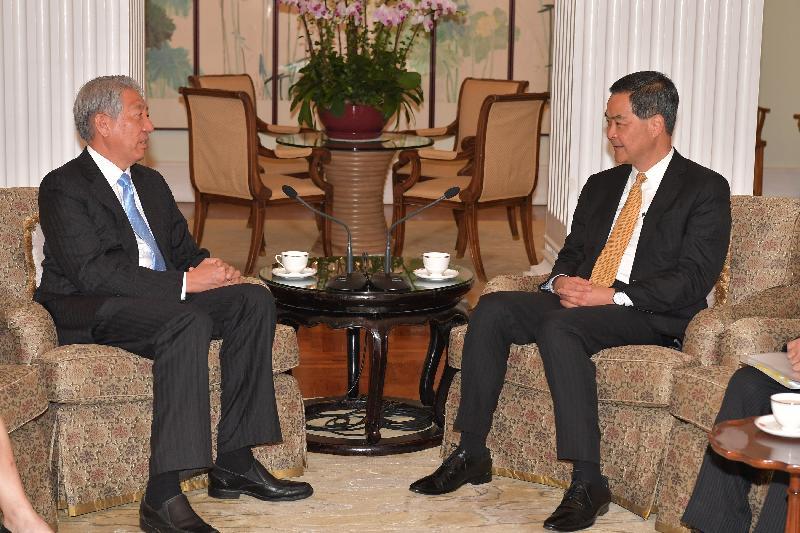 行政長官梁振英(右)今日(四月十八日)下午在禮賓府與訪港的新加坡副總理兼國家安全統籌部長張志賢(左)會面,就雙方關注的議題交換意見。