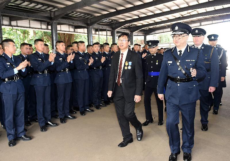 結業會操後,禁毒常務委員會主席張建良醫生在警務處處長盧偉聰陪同下,與結業學員會面。