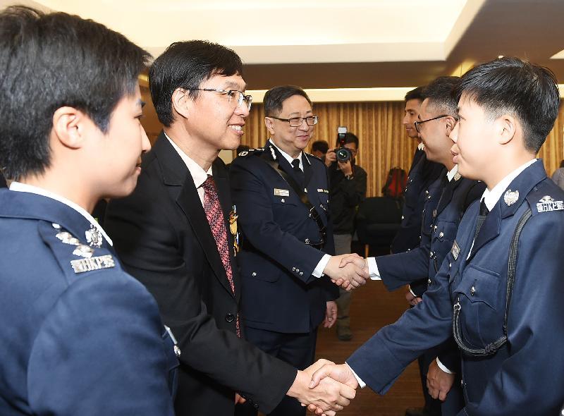 禁毒常務委員會主席張建良醫生與警務處處長盧偉聰恭賀結業學員。
