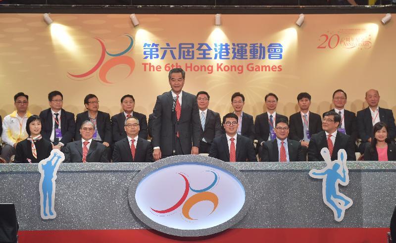 行政長官梁振英(前排左四)今日(四月二十三日)在香港體育館主持第六屆全港運動會開幕典禮,並在活動上宣布運動會開幕。