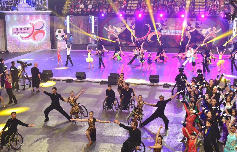 約100名不同年齡組别的運動員於今日(四月二十三日)舉行的第六屆全港運動會開幕典禮上表演體育舞蹈。