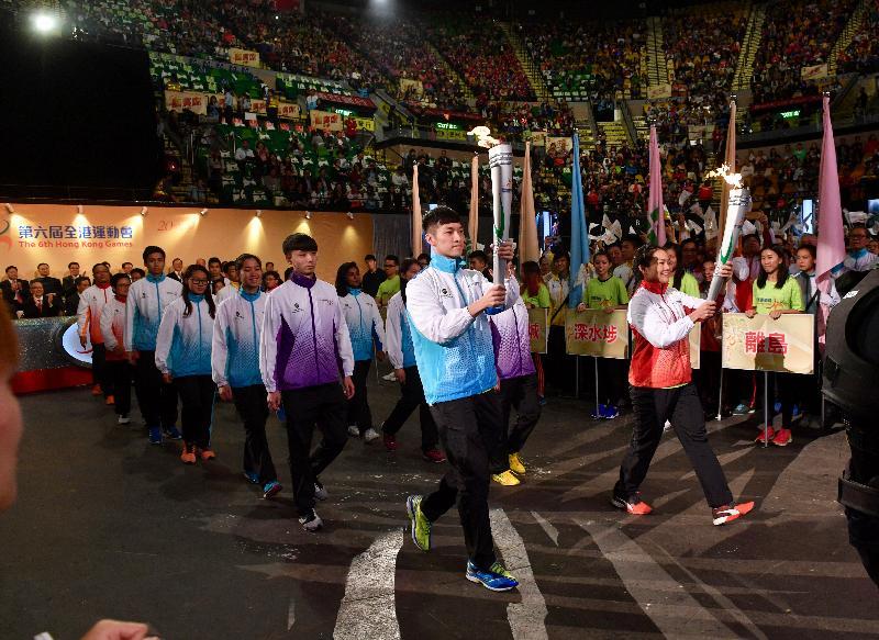 香港精英運動員李慧詩(前排左二)和伍家朗(前排左一)今日(四月二十三日)在第六屆全港運動會開幕典禮上手持火炬,帶領十八區運動員代表進場。