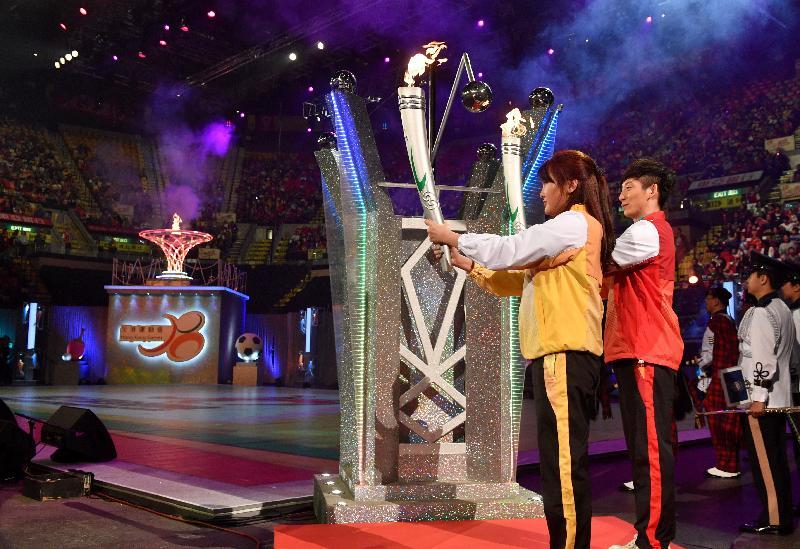里約2016奧運國家金牌跳水運動員陳若琳(左)和林躍今日(四月二十三日)在第六屆全港運動會開幕典禮上燃點聖火。