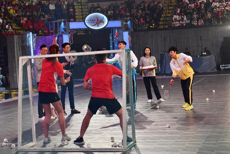 香港羽毛球精英運動員伍家朗(右三)及葉姵延(右一)於今日(四月二十三日)舉行的第六屆全港運動會開幕典禮上表演以羽毛球射龍門。