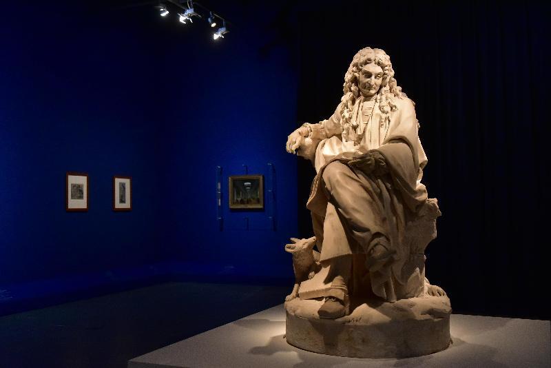 「羅浮宮的創想──從皇宮到博物館的八百年」展覽開幕典禮今日(四月二十五日)在香港文化博物館舉行。圖示皮埃爾‧朱利安大理石雕塑作品《作家尚‧德‧拉‧封丹(1621-1695年)》,羅浮宮博物館雕塑部藏品。