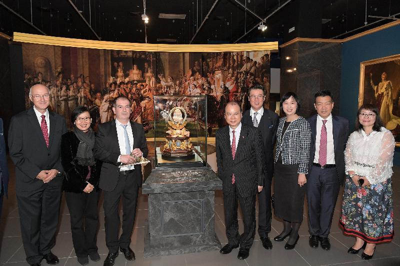 政務司司長張建宗(右五)今日(四月二十五日)傍晚在香港文化博物館出席「羅浮宮的創想--從皇宮到博物館的八百年」展覽開幕典禮,並在活動後參觀展覽。