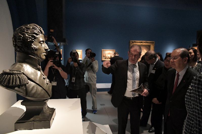 政務司司長張建宗(右一)今日(四月二十五日)傍晚在香港文化博物館出席「羅浮宮的創想--從皇宮到博物館的八百年」展覽開幕典禮,並在活動後參觀展覽。