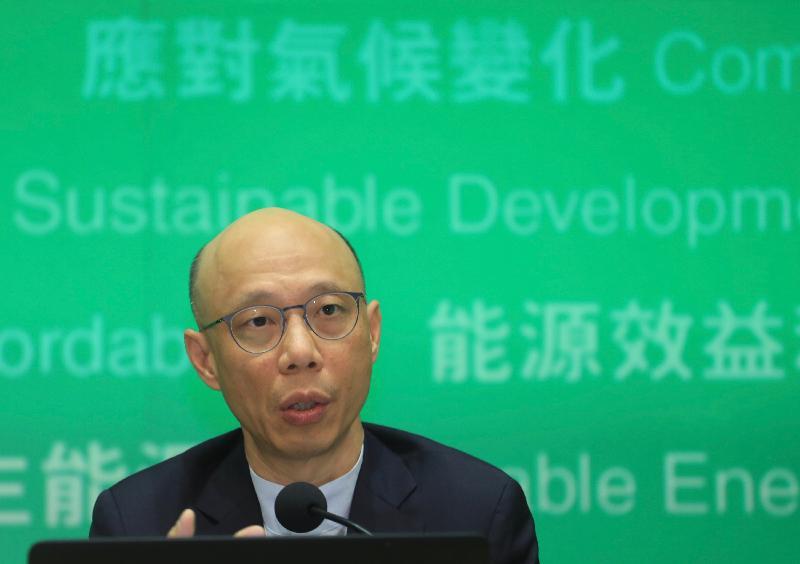 環境局局長黃錦星今日(四月二十五日)在記者會簡介兩家電力公司的新《管制計劃協議》內容。