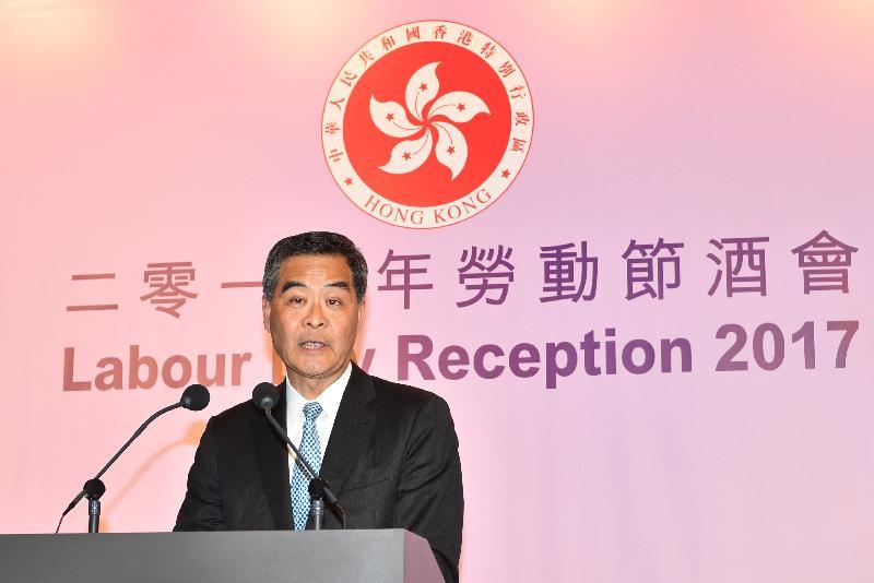 行政長官梁振英今日(四月二十八日)傍晚在香港會議展覽中心出席勞工處舉辦的勞動節酒會,並在酒會上致辭。