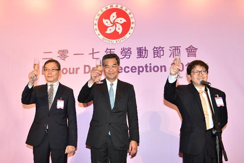 行政長官梁振英今日(四月二十八日)傍晚在香港會議展覽中心出席勞工處舉辦的勞動節酒會。圖示梁振英(中)與勞工及福利局局長蕭偉強(右)和勞工處處長陳嘉信(左)祝酒。