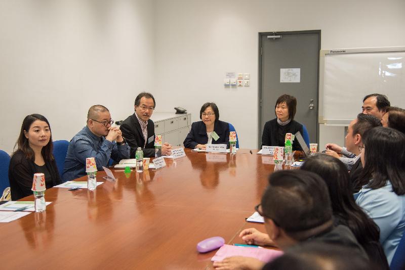 立法會兒童權利小組委員會委員劉小麗(左一)、邵家臻(左二)和張超雄(左三)今日(四月二十八日)探訪社會福利署轄下的屯門兒童及青少年院,聽取有關院舍的簡介。