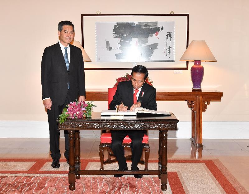行政長官梁振英(左)今日(五月一日)在禮賓府與訪港的印度尼西亞共和國總統佐科.維多多會面。圖示佐科.維多多在禮賓府的貴賓冊上簽名留念。