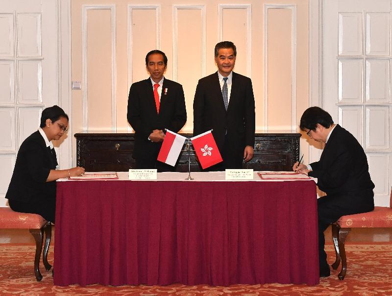 行政長官梁振英今日(五月一日)在禮賓府與訪港的印度尼西亞共和國總統佐科.維多多會面。圖示梁振英(後排右)與佐科.維多多(後排左)見證勞工及福利局局長蕭偉強(前排右)與印尼外交部長Retno L P Marsudi(前排左)簽署有關勞工合作的共同聲明。