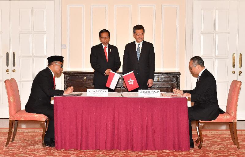 行政長官梁振英今日(五月一日)在禮賓府與訪港的印度尼西亞共和國總統佐科.維多多會面。圖示梁振英(後排右)與佐科.維多多(後排左)見證民政事務局局長劉江華(前排右)與印尼教育及文化部長Muhadjir Effendy博士(前排左)簽署文化合作諒解備忘錄。