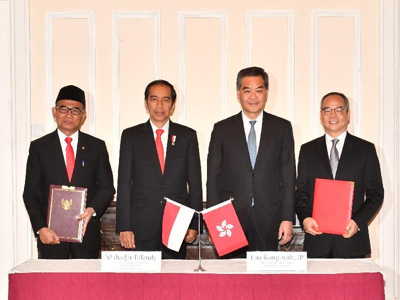 民政事務局局長劉江華與印度尼西亞共和國(印尼)教育及文化部長Muhadjir Effendy博士今日(五月一日)就加強兩地文化合作簽訂諒解備忘錄。圖示行政長官梁振英(右二)、印尼總統佐科‧維多多(左二)、劉江華(右一)及Muhadjir Effendy博士(左一)在簽署儀式後合照。