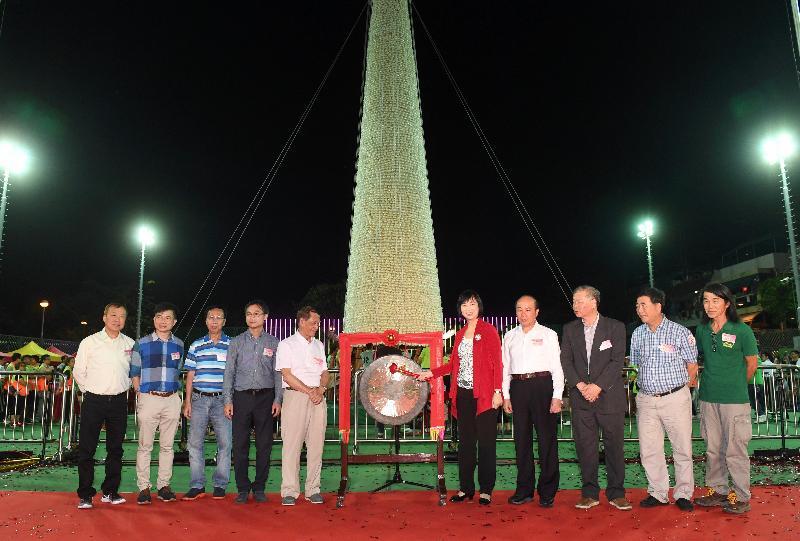 長洲搶包山比賽今日(五月四日)凌晨結束。圖示康樂及文化事務署署長李美嫦(右五)於比賽前主持鳴鑼儀式。