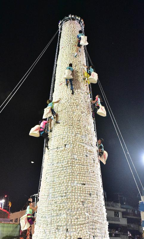 長洲搶包山比賽今日(五月四日)凌晨結束。圖示一眾晉身決賽的健兒以最快速度爬上包山,在三分鐘時限內摘取最多包子,爭奪獎項。