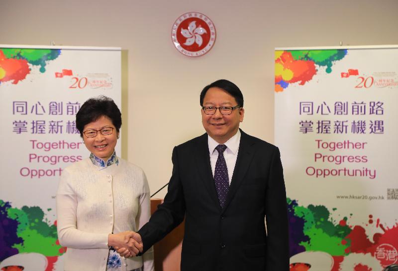 候任行政長官林鄭月娥(左)與候任行政長官辦公室主任陳國基(右)合照。