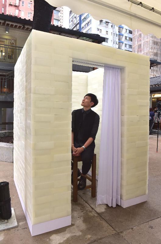 建築兵法--「第十五屆威尼斯國際建築雙年展」香港回應展於即日至五月三十日在北角油街實現舉行。圖示建築師蕭國健與其作品「告解室」。