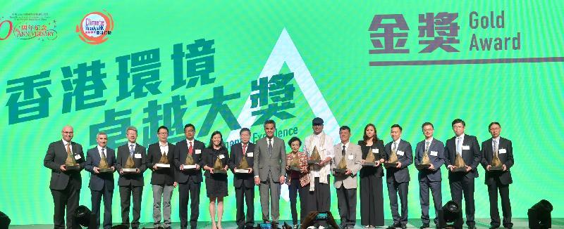 行政長官梁振英(左八)今日(五月四日)在香港會議展覽中心出席二○一六香港環境卓越大獎頒獎典禮,並與金獎得獎機構代表合照。