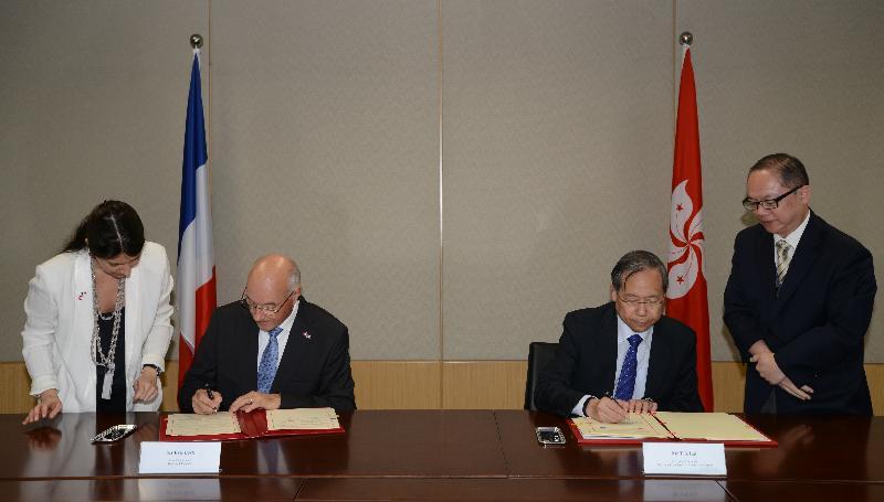 保安局局長黎棟國(右二)與法國駐港總領事Eric Berti(左二)今日(五月四日)在政府總部簽署關於移交被控告或被定罪人士的雙邊協定。
