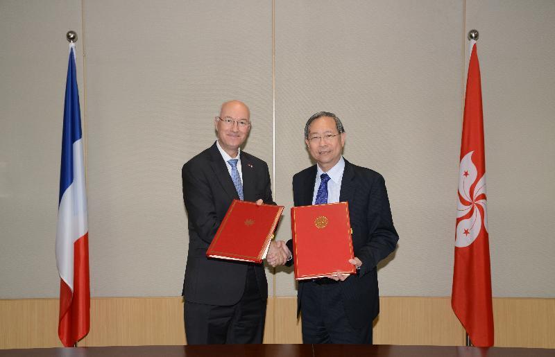 保安局局長黎棟國(右)今日(五月四日)與法國駐港總領事Eric Berti簽署關於移交被控告或被定罪人士的雙邊協定後,互相交換有關文本。