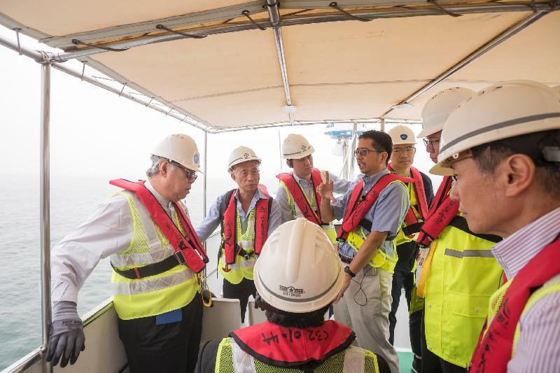 立法會跟進香港國際機場三跑道系統相關事宜小組委員會今日(五月五日)乘船視察三跑道系統項目填海工程範圍。