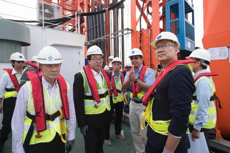 立法會跟進香港國際機場三跑道系統相關事宜小組委員會委員今日(五月五日)登上作業躉船了解如何利用「深層水泥拌合法」進行免挖式填海工程。