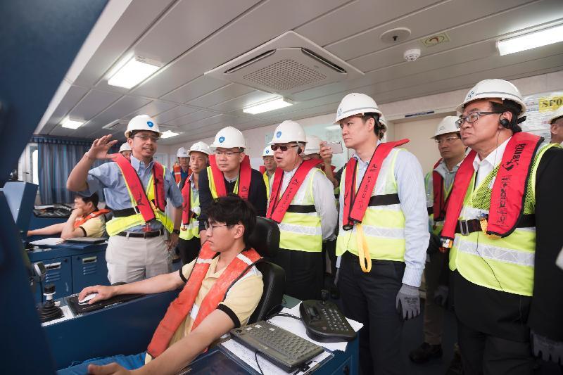 立法會跟進香港國際機場三跑道系統相關事宜小組委員會委員今日(五月五日)聽取香港機場管理局代表簡介三跑道系統項目填海工程的進度。