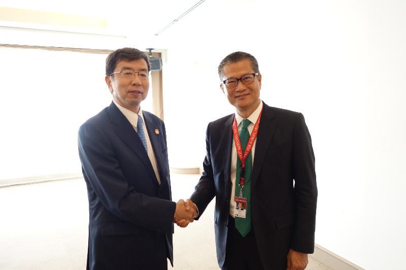 財政司司長陳茂波(右)今日(五月五日)在日本橫濱出席亞洲開發銀行(亞行)第五十屆年度會議,並與亞行行長兼亞行董事會主席中尾武彥(左)會面。