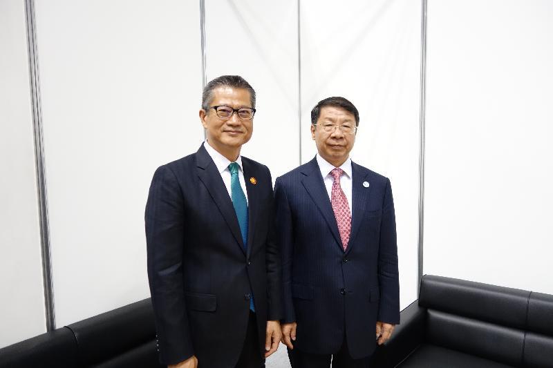 財政司司長陳茂波(左)今日(五月五日)在日本橫濱出席亞洲開發銀行(亞行)第五十屆年度會議,並與國家財政部副部長史耀斌(右)會面。