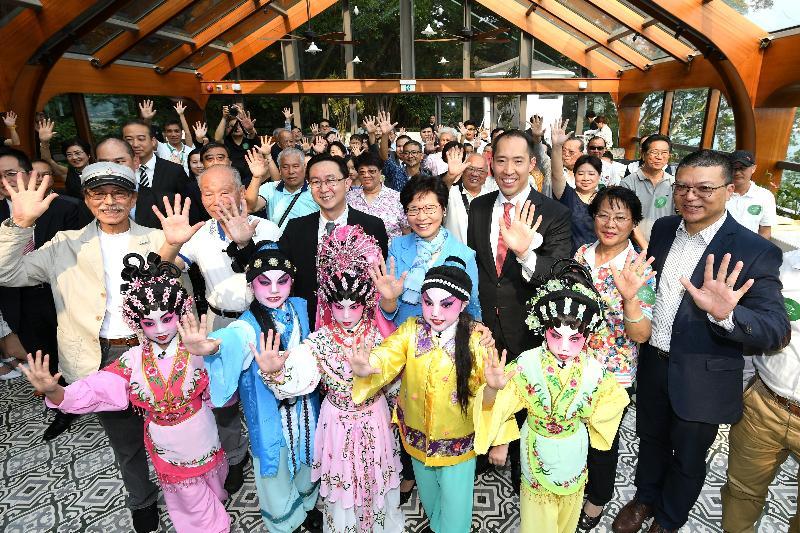 候任行政長官林鄭月娥(第二排左四)、發展局局長馬紹祥(第二排左三)及其他主禮嘉賓今日(五月五日)主持大澳文物酒店五周年慶祝典禮。