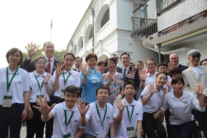 候任行政長官林鄭月娥(第二排左四)、發展局局長馬紹祥(第二排左六)及其他主禮嘉賓今日(五月五日)與大澳文物酒店的青年大使合照。