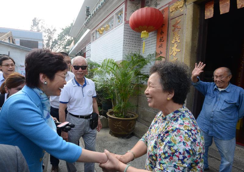 候任行政長官林鄭月娥(左)今日(五月五日)到訪大澳期間,與大澳居民交談。